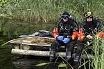 Cvičení Záchrana 2010. Potápěči z řad pardubických hasičů prohledávali dno rybníka