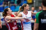 Basketbalistka Petra Kulichová (v bílém).