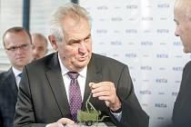 Miloš Zeman při návštěvě Retie obdržel model radarového systému, který firma dodává i České armádě pro sledování nizko letících cílů.