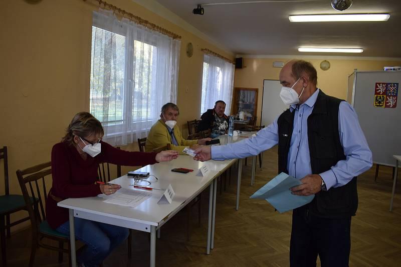Jako první v Přepychách volil předseda volební komise Vlastislav Beránek.