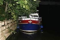 Poškozená loď ve Chvaleticích