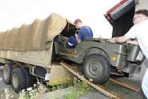"""Nakládání Tatry 111 je delikátní záležitost. Uveze ale zároveň Jeep i protiletadlovou """"dvacítku"""""""
