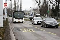 Vyhrazené pruhy pro vozidla MHD, Taxi, IZS a cyklisty na Sukově ulici.