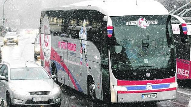 Klubový koráb HC Eaton Pardubice vyrazil v pátek po šestnácté hodině od ČEZ Areny na téměř třísetkilometrovou pouť na sever Moravy.