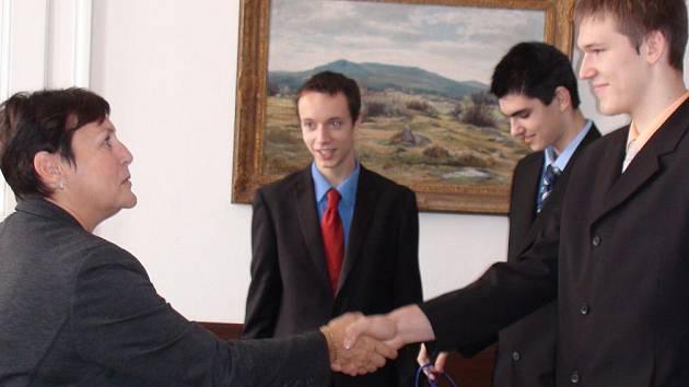 Hráče spolu se zástupcem organizačního výboru mistrovství pozvala primátorka města Štěpánka Fraňková (vlevo) na radnici, aby jim poděkovala za příkladnou reprezentaci města.