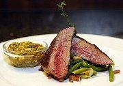 FLANK–steak (hovězí pupek) s restovanými fazolkami na slanině