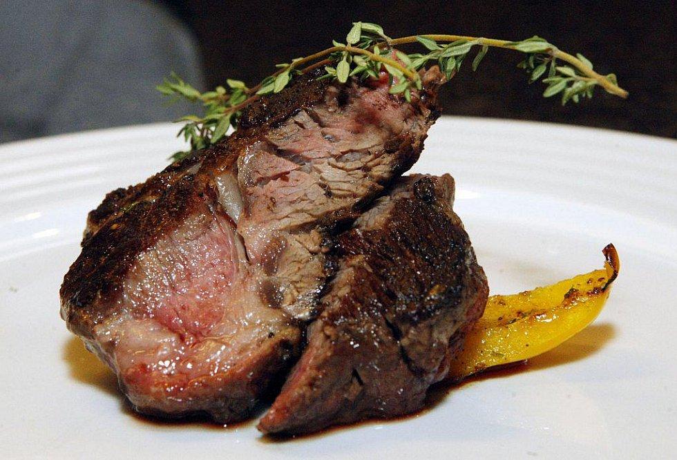 RIB–EYE steak (vysoký roštěnec) s grilovanou paprikou a rajčátky