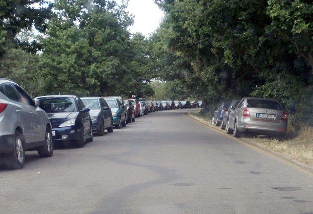 Obyvatelé Mělic a Lohenic šílí. Okolí písníků je plné aut.