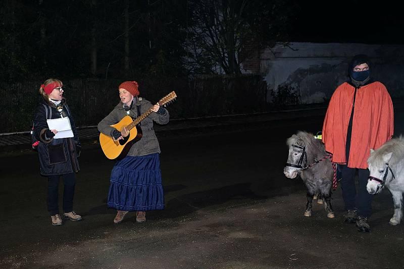 Při akci Průjezd sv. Martina přes obec Vyšehněvice Nina hrála a zpívala na kytaru. Celá akce byl její nápad.