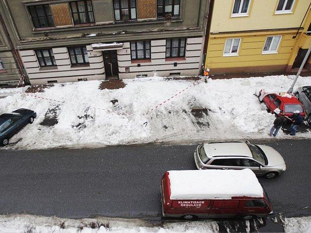 Nebezpečný sníh v Nerudově ulici kromě poškození několika aut také zranil chodkyni.