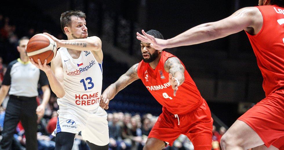 Kvalifikační utkání na Euro 2021 v basketbale mezi Českou republikou (v bílém) a Dánskem (v červeném) v pardubické enteria areně.