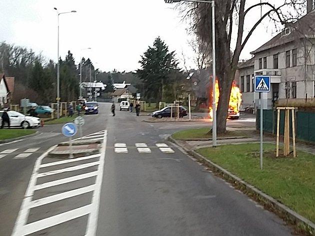 Pravděpodobně technická závada na elektroinstalaci způsobila požár autobusu. Škoda přesáhne dva miliony korun.