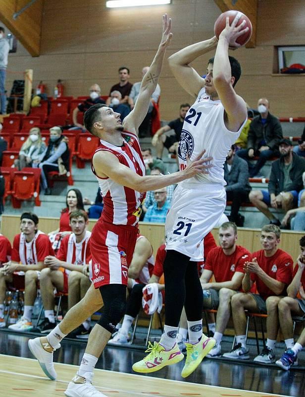 Pardubičtí basketbalisté (v pruhovaném) zdolali ve svém vstupním zápase Děčín.