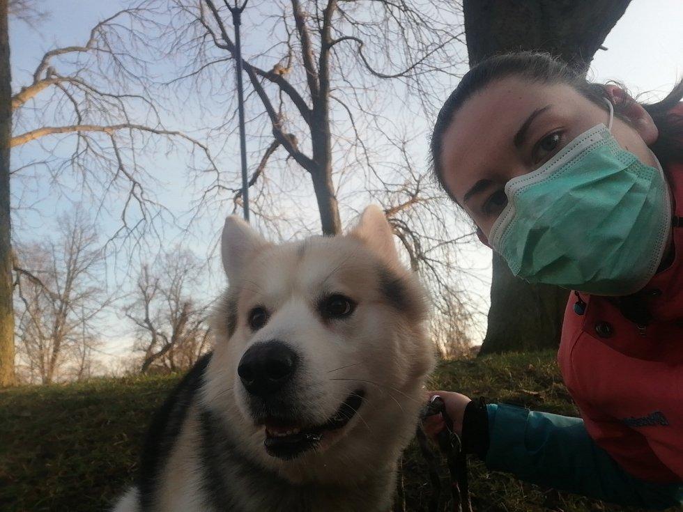 """Anna Horáková: """"A tímto bych chtěla podpořit všechny, aby se nebáli nosit roušku!!! Má to smysl, i když jdete třeba venčit psa jako já!"""""""