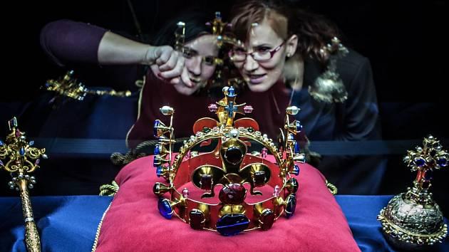 Repliky českých korunovačních klenotů, ale i další poklady nyní návštěvníkům nabízí expozice pardubického zámku.