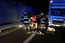 Při nehodě došlo ke srážce auta s chodcem, ten na místě zemřel.