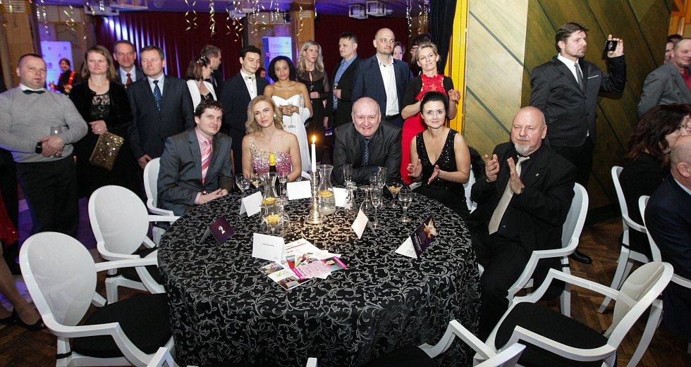 Ples médií a filantropie v pardubickém ABC klubu.