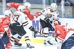 Hokejové utkání Memoriálu Zbyňka Kuséhp mezi HC Dynamo Pardubice (v červeném) a Amur Chabarovsk (v bíločeném) v pardubické ČSOB pojišťovna ARENĚ.