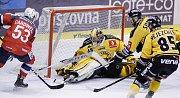 Hokejové utkání Tipsport extraligy v ledním hokeji mezi HC Dynamo Pardubice (červenobílém) a HC Škoda Plzeň (v bílomodrém) v pardudubické Tipsport areně.