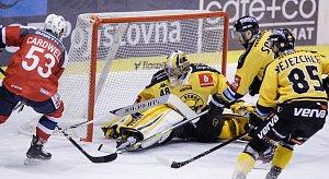 Hokejové utkání Tipsport extraligy mezi HC Dynamo Pardubice (červenobílém) a HC Verva Litvínov (ve žlutočerném) v pardubické Tipsport areně.
