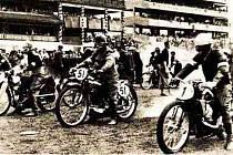 START VYLUČOVACÍ JÍZDY v roce 1938. Na dostihovém závodišti se tehdy  jezdila Zlatá přilba na travnatém povrchu.