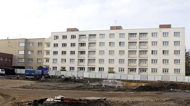 Bytový dům u nádraží je určen k demolici.