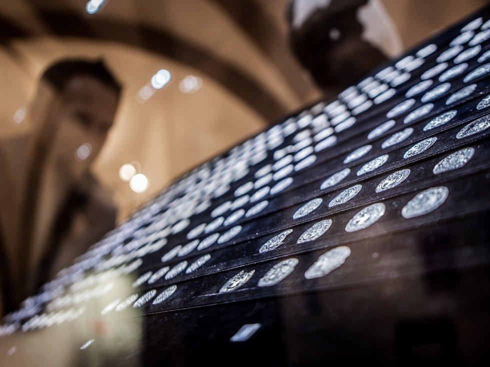 Denáry z konce 10. století. Jedinečný poklad století mohou návštěvníci vidět ve Východočeském muzeu v Pardubicích.