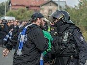 Hradečtí fotbaloví fanoušci se zase v Pardubicích předvedli. Z basketbalového utkání zamířili do ČEZ Areny, kde se snažili provokovat domácí a policie musela zasahovat.