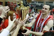 Lukáš Kotas s pohárem mezi fanoušky