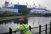 NEDÍVÁ SE... Olympijský areál je ukryt za plotem. Stačila však chvilková nepozornost strážce a fotografie stadionu byla na světě.