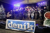 Česko zpívalo koledy. V Pardubicích se lidé sešli na Pernštýnském náměstí.