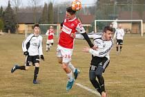 Přípravné fotbalové utkání mezi FK Pardubice (v červenobílém) a TJ Jiskra Ústí nad Orlicí (v bíločerném) na hřišti v Rybitví.