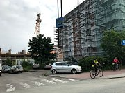 V ulicích K Vinici, Na Spravedlnosti nebo Rokycanova řidiči hledají volná místa jen marně. Někteří se dopouštějí přestupků a nechávají auta v křižovatkách nebo na chodníku.