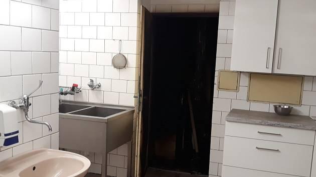 Požár sice zničil sklad potravin, ale protipožární dveře mu zabránily v dalším šíření po budově školy.