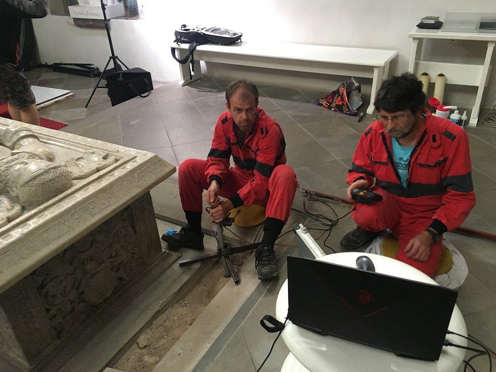 Průzkum hrobky probíhal nedestruktivní metodou, pomocí sondy a kamerou.