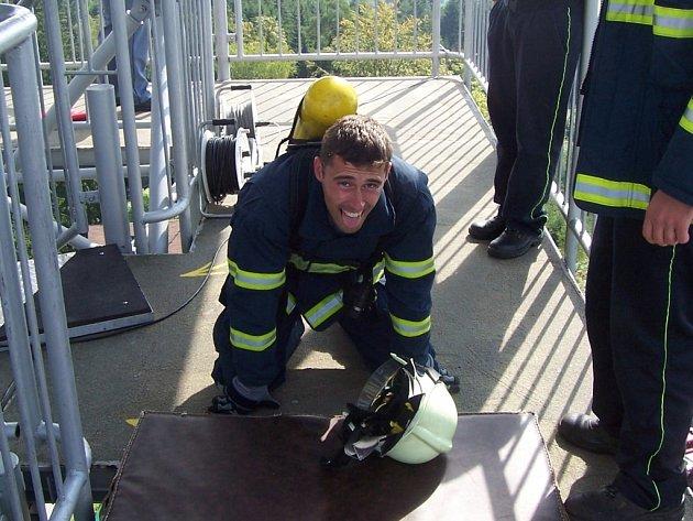 Až nahoru je to dřina i pro nejlepší hasiče.