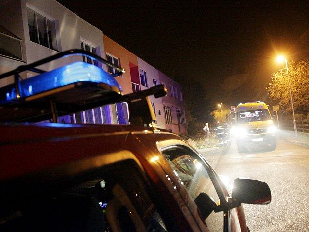 K úniku oxidu uhelnatého v Trnové vyjížděla záchranka i hasiči.
