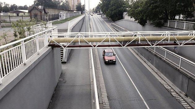 Anenský podjezd. Pás chodníku by mohl ustoupit dalšímu pruhu silnice.