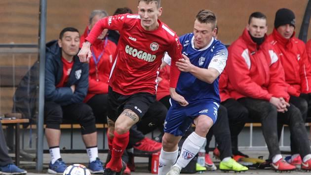 Utkání Fotbalové národní ligy mezi MFK Chrudim (v červenočerném) FK Pardubice (v modrém)