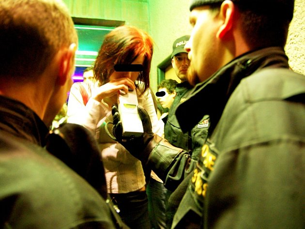 Policejní razie na kasalické diskotéce na Pardubicku. Ze zákazu podávání alkoholu mladistvým si zde nikdo hlavu neláme.