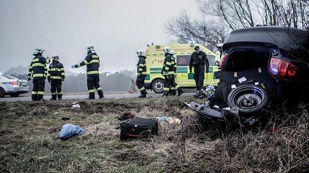 Osobní vůz narazil do betonového mostku mezi obcemi Ráby a Kunětice. Zranění utrpěli 4 lidé.