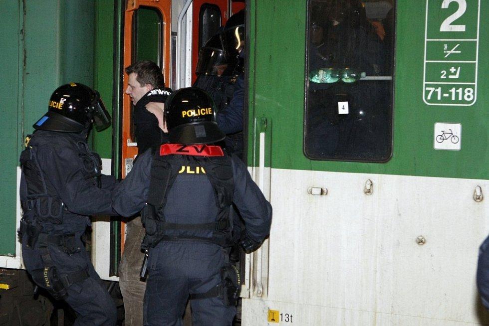 Pořádková jednotka vyvádí podezřelého z vlaku