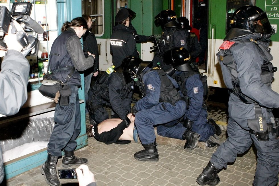Agresivní Polák dostává pouta přímo před vlakem