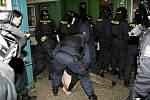 Pořádková jednotka si hlídá zatčeného