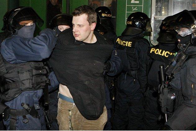 Hodil po reportérovi lahev od piva, policisté si na něj počkali na zpáteční cestě