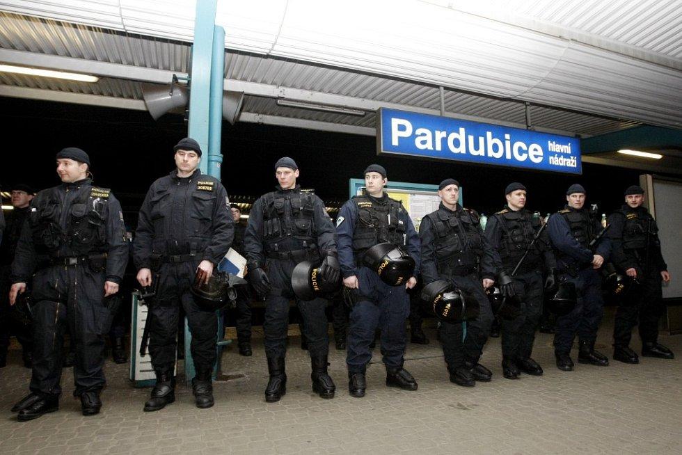 """Na Baníkovce čekala v Pardubicích pořádková jednotka. Jeden z fanoušků totiž cestou do Prahy hodil po reportérovi Deníku pivní lahev. Na zpátečení cestě byl pak policisty z vlaku """"vystoupen"""""""