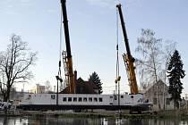 Loď Arnošt byla vyzvednuta na souš, čeká ji rekonstrukce