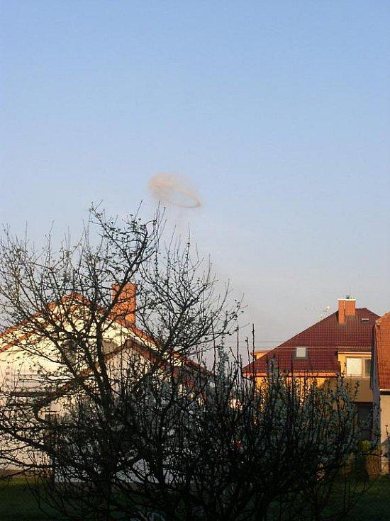 Po výbuchu byl vidět nad Semtínem i mrak. Foceno v obci Ráby