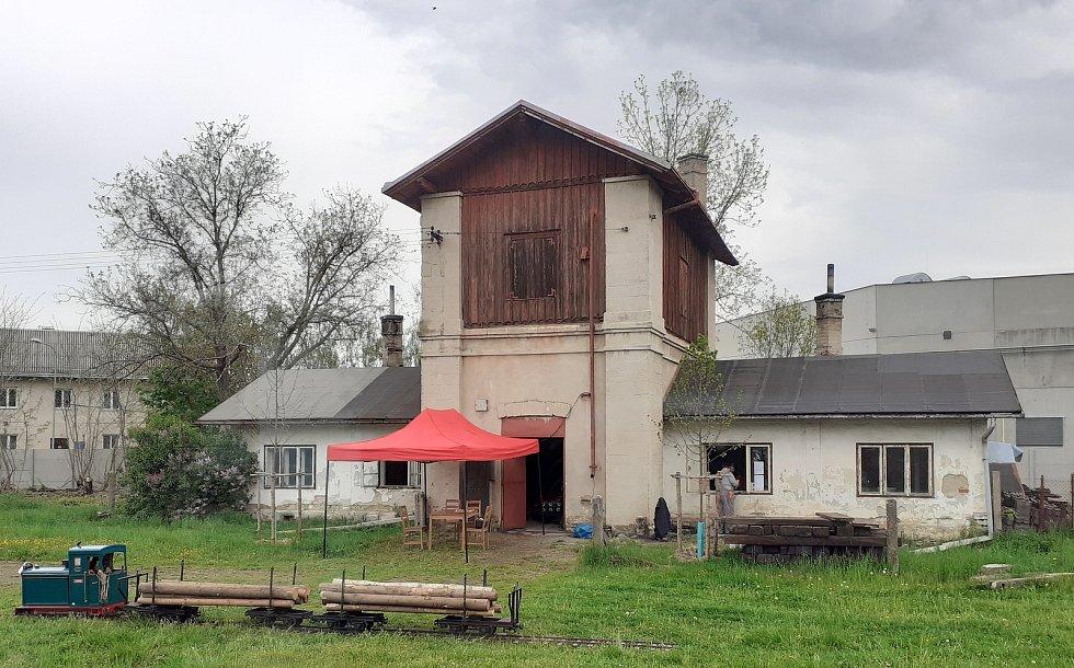 Budova ve Slatiňanech, kterou pardubičtí nadženci do žleleznice připravují jako další prostory muzea.