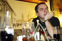 """""""Byl jsem mladý a blbý, udělal jsem největší koninu svého života a tvrdě jsem za ní zaplatil,"""" sdělil Emil Novotný, jehož v devatenácti letech zadrželi na letišti v Bangkoku s 5,6 kilogramu heroinu."""